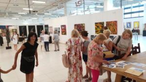Turisti dalla Russia visitano la galleria di Amadio